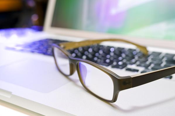 色調整には不向きなメガネ